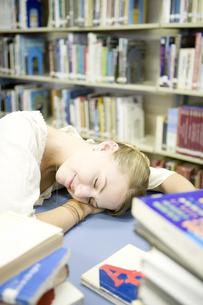 図書室で眠る女子学生の素材 [FYI00918858]