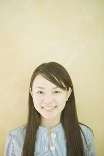 笑顔の女性のポートレートの素材 [FYI00918865]