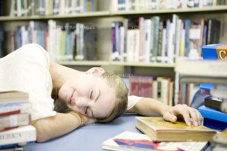 図書室で眠る女子学生の素材 [FYI00918879]