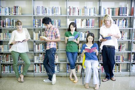 図書室で本を読む学生たちの素材 [FYI00918932]