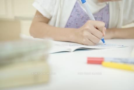 勉強をしている女の子の手元の素材 [FYI00919045]