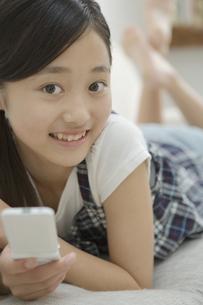 携帯電話を持った女の子の素材 [FYI00919248]