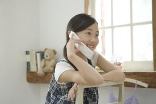 携帯電話で話す女の子の素材 [FYI00919250]