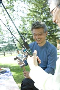釣竿を持ち笑顔のシニア男性の素材 [FYI00919262]