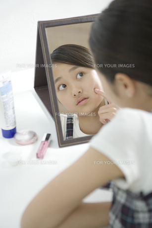 鏡を見る女の子の素材 [FYI00919270]