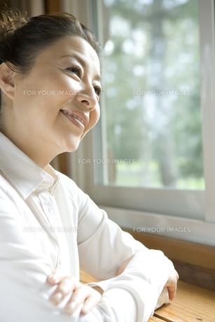 窓の外を眺めるシニア女性の素材 [FYI00919279]