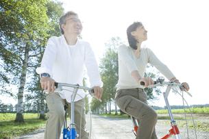 自転車に乗るシニア夫婦の素材 [FYI00919301]