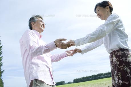 両手をつなぐシニア夫婦の素材 [FYI00919313]