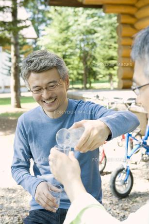 酒を交わすシニア男性の素材 [FYI00919320]