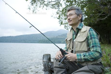 釣りをするシニア男性の素材 [FYI00919337]