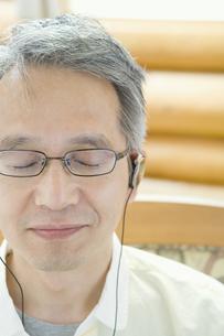 音楽を聴くシニア男性の素材 [FYI00919344]