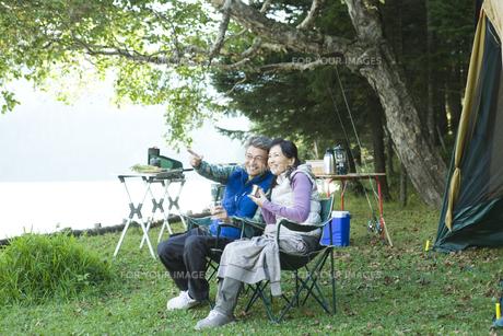 キャンプをするシニア夫婦の素材 [FYI00919349]