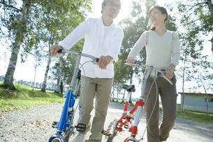 自転車をおすシニア夫婦の素材 [FYI00919394]