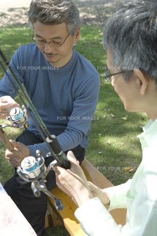 釣竿を持ったシニア男性の素材 [FYI00919433]