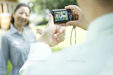 写真を撮影するシニア夫婦の素材 [FYI00919452]