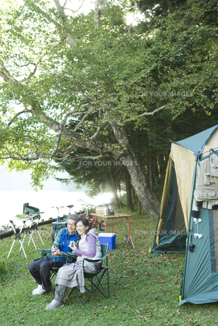 キャンプをするシニア夫婦の素材 [FYI00919476]