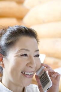 携帯電話で話すシニア女性の素材 [FYI00919515]