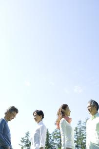 青空の下に佇む2組のシニア夫婦の素材 [FYI00919565]