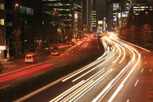 青山通りから青山一丁目方面の夜景の素材 [FYI00919670]