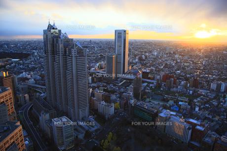 高層ビルから新宿の街並みと夕日の素材 [FYI00919714]