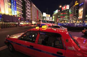 池袋駅東口駅前のタクシーと夜景の素材 [FYI00919784]