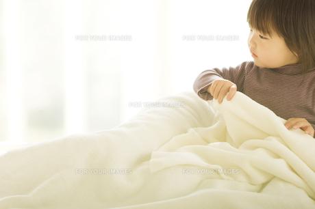 布団に入ろうとする日本人の子供の素材 [FYI00919975]