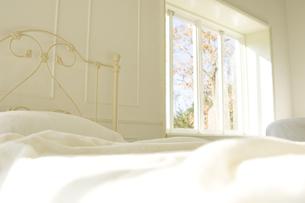 日の差し込むベッド越しに見える窓の素材 [FYI00920001]