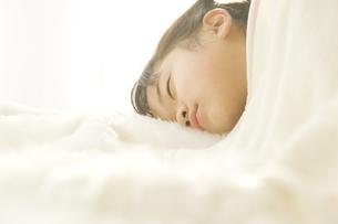 ベッドで昼寝をする日本人の女の子の素材 [FYI00920078]