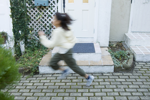 屋外で走る日本人の女の子の素材 [FYI00920080]