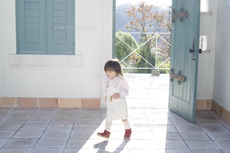 開いた扉の近くを歩く日本人の子供の素材 [FYI00920136]