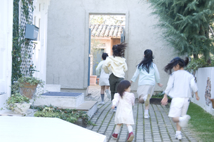 屋外で遊ぶ日本人の女の子達の素材 [FYI00920198]