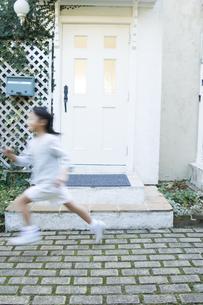 屋外で走る日本人の女の子の素材 [FYI00920203]