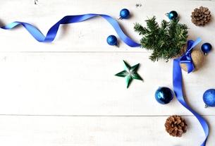 クリスマスツリーとブルーのオーナメントの写真素材 [FYI00920430]
