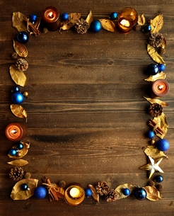 金色の枯葉とキャンドルとクリスマスオーナメント ブルー系 黒木材背景の写真素材 [FYI00920447]