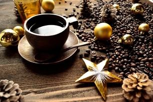 クリスマス飾りとコーヒー豆とコーヒーカップの写真素材 [FYI00920499]