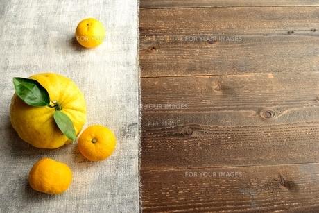 鬼柚子と柚子 黒木材背景の写真素材 [FYI00920683]