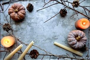 南瓜と枯葉とキャンドルの写真素材 [FYI00920711]