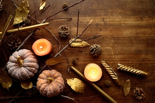 南瓜と枯葉とキャンドルの写真素材 [FYI00920714]