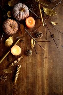 南瓜と枯葉とキャンドルの写真素材 [FYI00920715]