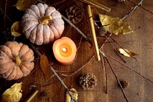 南瓜と枯葉とキャンドルの写真素材 [FYI00920716]