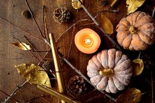 南瓜と枯葉とキャンドルの写真素材 [FYI00920717]