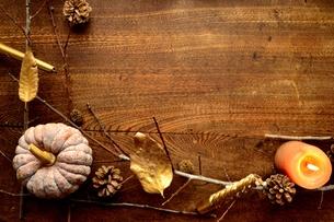 南瓜と枯葉とキャンドルの写真素材 [FYI00920719]