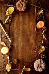 南瓜と枯葉とキャンドルの写真素材 [FYI00920720]