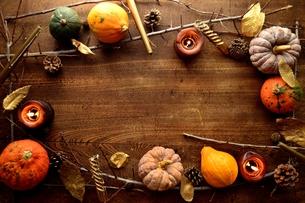 南瓜と枯葉とキャンドルの写真素材 [FYI00920721]
