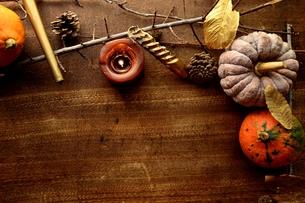 南瓜と枯葉とキャンドルの写真素材 [FYI00920722]