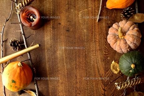 南瓜と枯葉とキャンドルの写真素材 [FYI00920723]