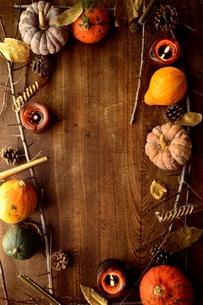 南瓜と枯葉とキャンドルの写真素材 [FYI00920724]