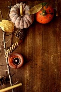 南瓜と枯葉とキャンドルの写真素材 [FYI00920725]