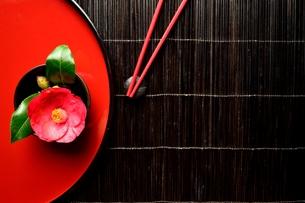 赤いいおぼんの上の椿の写真素材 [FYI00920734]
