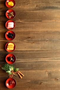 小皿に盛り合わせたおせち料理 黒木材背景の写真素材 [FYI00920763]